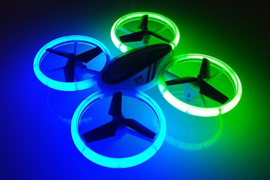 Avialogic Q9 Drone mit LED Beleuchtung (blau & grün) - im Dunkeln