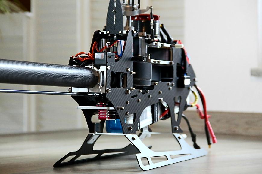 HD750 - eingebaute RC Komponenten: Blick auf den, bei uns, rechts eingebauten Heckservo