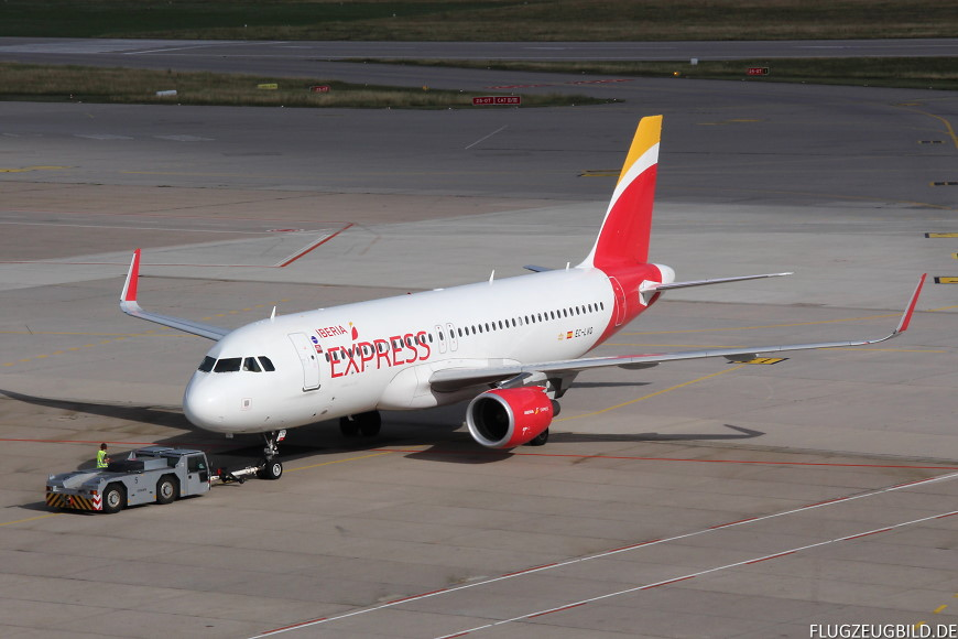 Airport Stuttgart / Airbus A320 Iberia Express beim Pushback // Juli 2017
